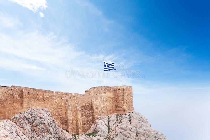 在上城的希腊旗子在雅典,希腊 免版税库存图片