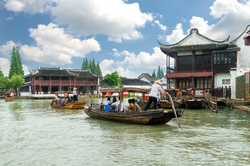 在上海朱家角运河的中国传统游船  免版税库存图片