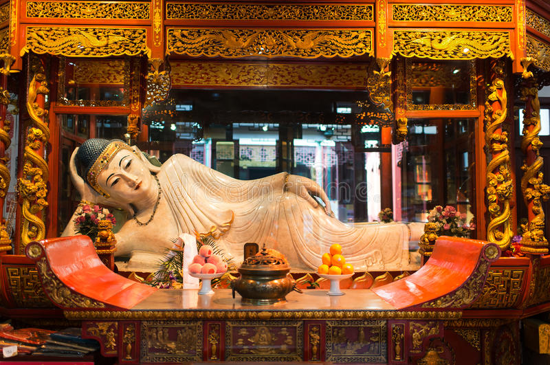 在上海玉佛寺上海瓷的斜倚的雕象 图库摄影