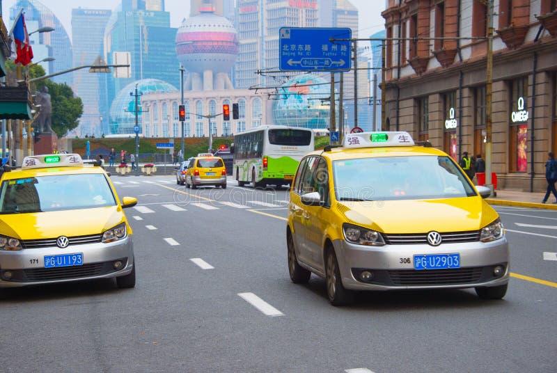 在上海街道上的出租车 免版税库存照片