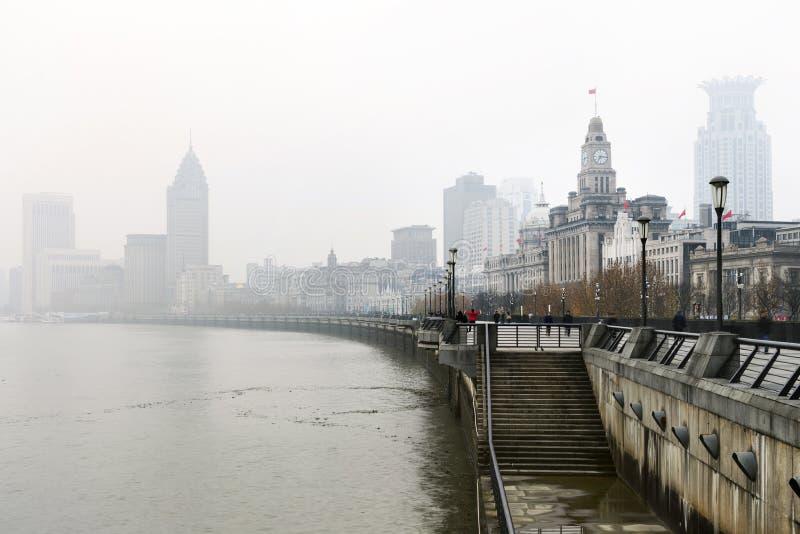 在上海障壁的历史建筑学有大厦的反射的在雨和薄雾的在城市,障壁是普遍的 库存照片