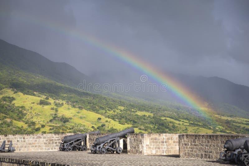 在上的彩虹在硫磺小山堡垒的大炮 免版税库存照片