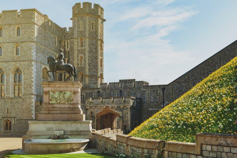 在上部病区的查尔斯II国王雕象和温莎城堡四边形,在温莎,柏克夏,英国的皇家住所 库存照片