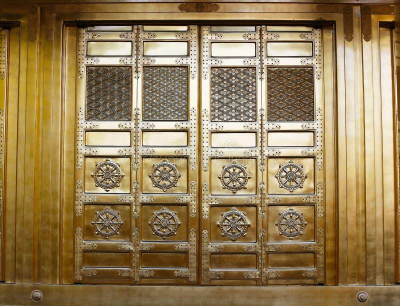 在上野公园的金黄寺庙门 免版税库存图片