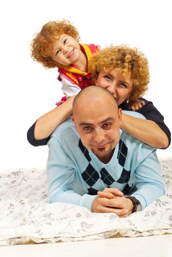 在上面的微笑的家庭 图库摄影