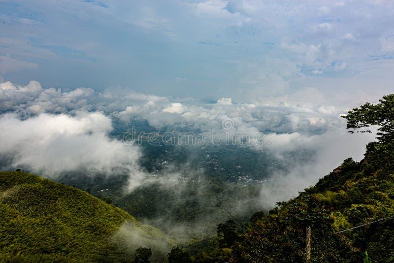 在上面的攀登象云彩 图库摄影