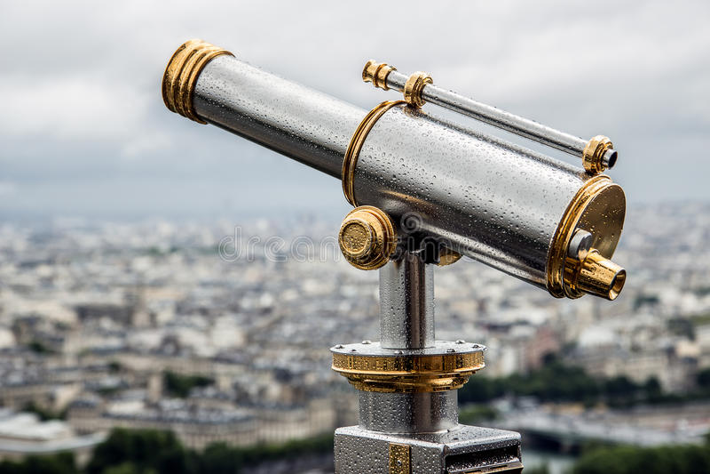 在上面的望远镜艾菲尔铁塔 库存图片