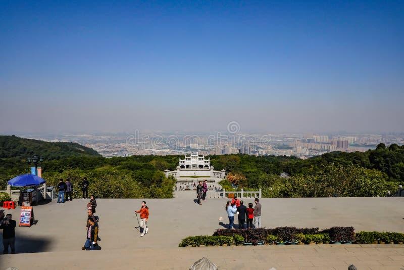 在上面的看法在xiqiao有夫斯汉都市风景的山公园在中国 免版税库存图片