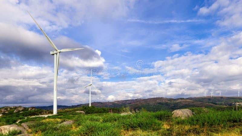 在上面的风涡轮发电机小山 免版税库存图片
