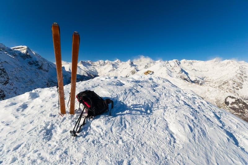在上面通过滑雪游览 免版税库存图片