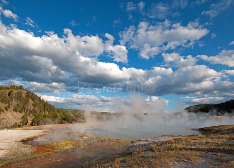 在下午末期的细刨花喷泉在Firehole河旁边在黄石国家公园在怀俄明 库存照片