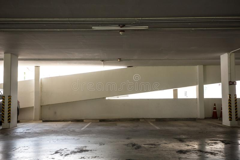 在下午的空的空间停车场内部 室内停车场 停车场和在parkin的空置停车场内部与汽车的 图库摄影