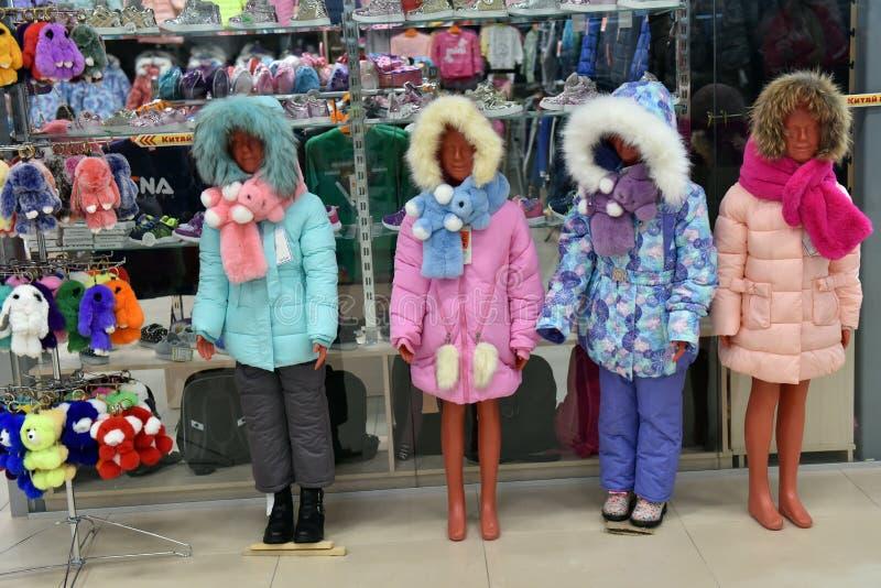 在下来冬天夹克的儿童的时装模特在商店 库存照片
