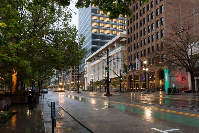 在下雨天的都市街道.