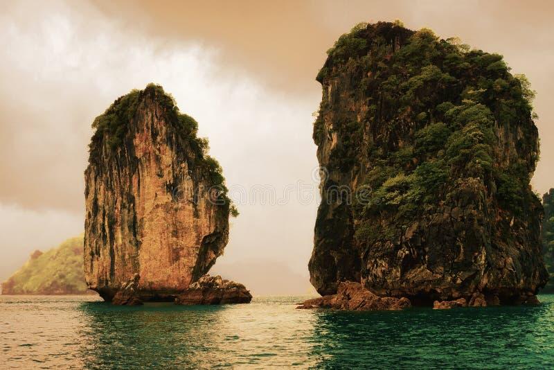 在下龙湾越南的石灰石岩石 库存图片