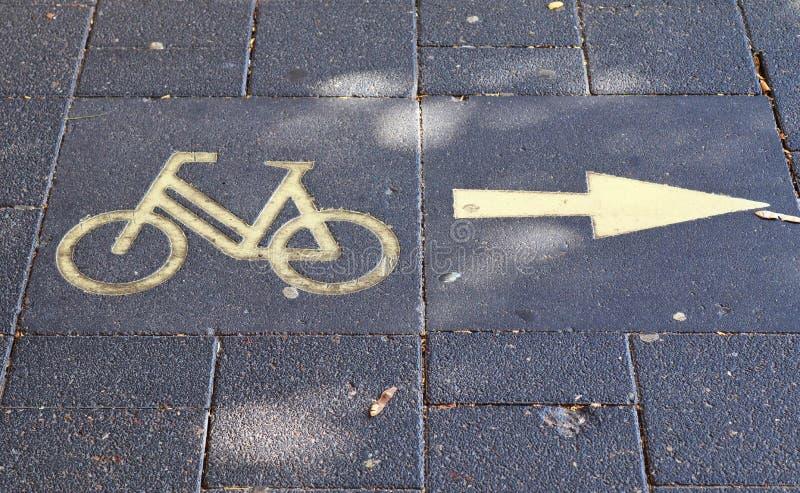 在不同的在欧洲街道上找到的标志和标志的接近的看法 图库摄影