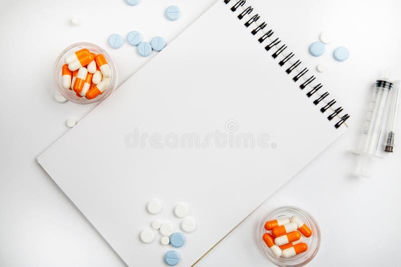 在不同的疗程中的空白的笔记薄在白色背景,文本的模板 图库摄影