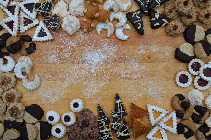 在不同的种类的框架圣诞节曲奇饼外面 库存图片