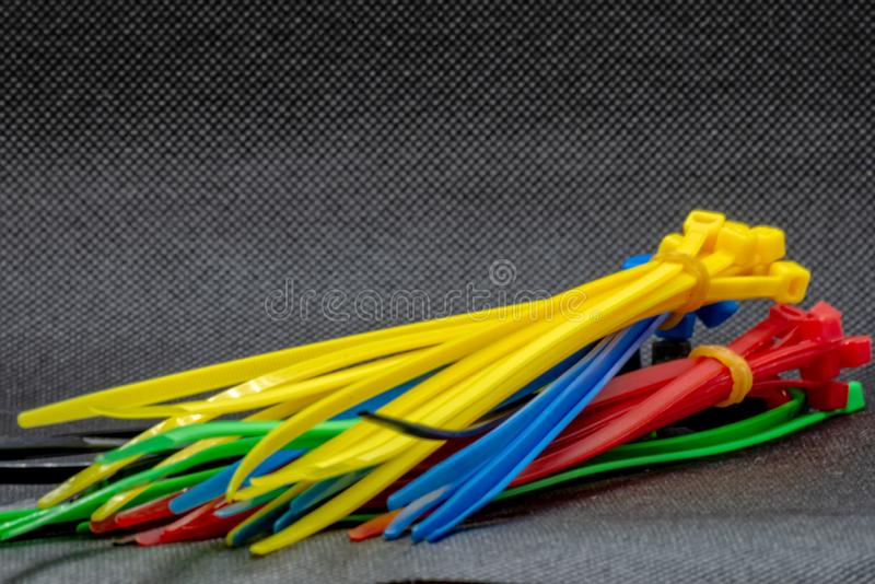 在不同颜色的电缆扎匝 免版税库存图片
