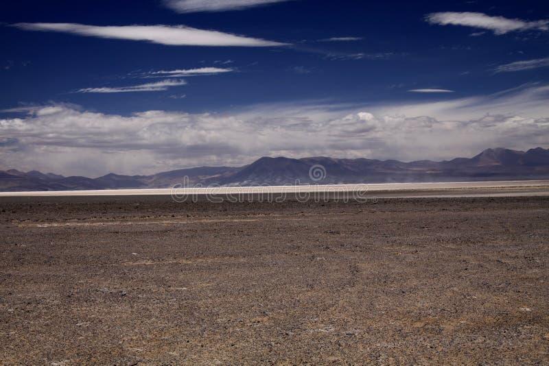 在不尽的干荒地的看法在天际的被弄脏的山脉的 图库摄影