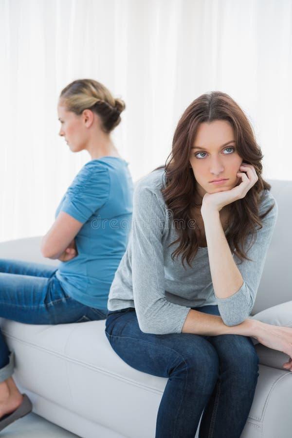 在不讲话的tiff以后的恼怒的妇女 免版税库存照片