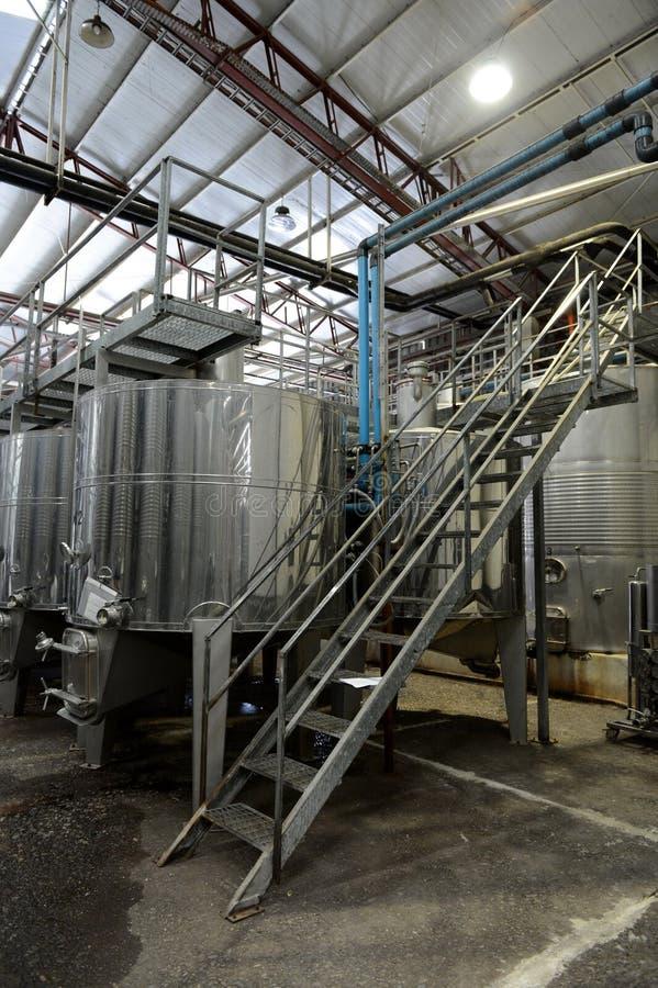 在不锈钢大桶的发酵在酿酒厂圣丽塔的酒的 库存照片