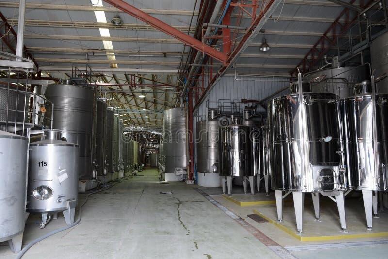在不锈钢大桶的发酵在酿酒厂圣丽塔的酒的 免版税图库摄影