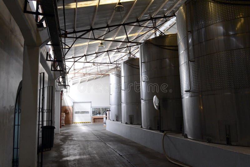 在不锈钢大桶的发酵在酿酒厂圣丽塔的酒的 免版税库存图片