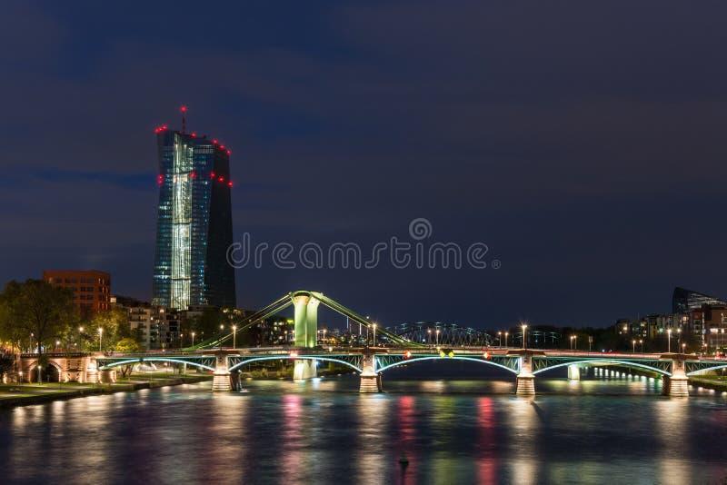 在与一座被点燃的桥梁的蓝色小时EZB大厦在法兰克福 库存照片
