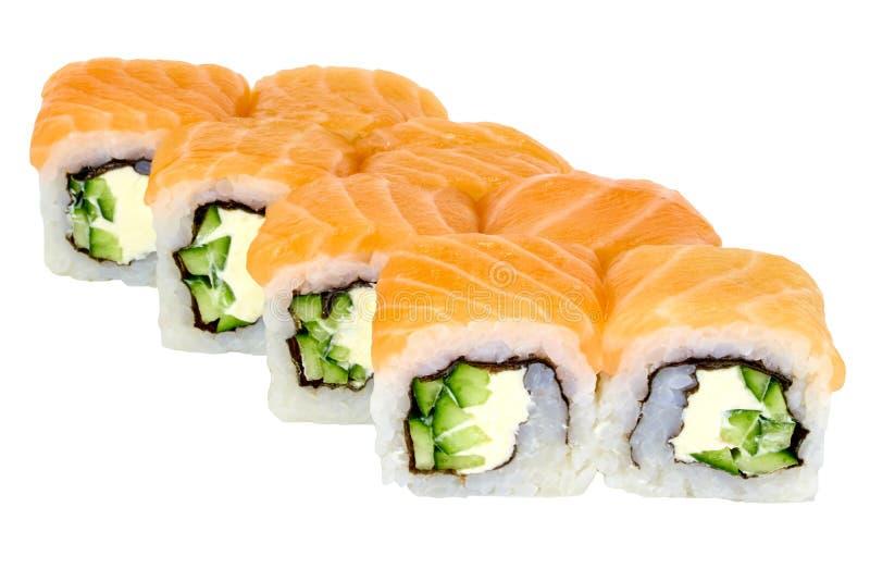 在与三文鱼和黄瓜特写镜头的白色背景费城寿司卷寿司卷被隔绝的日本料理 库存照片