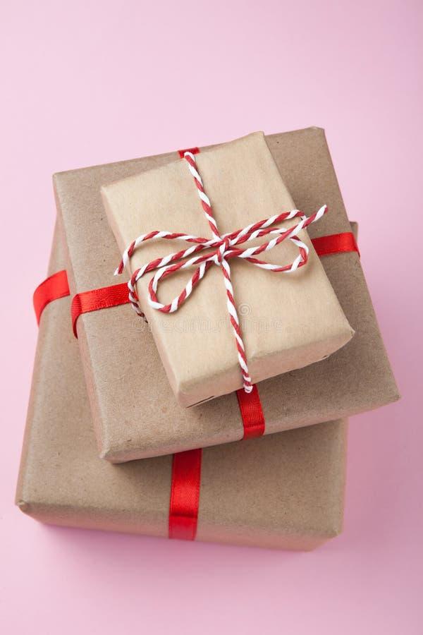 在与丝带弓的被回收的纸包裹的礼物盒 库存图片