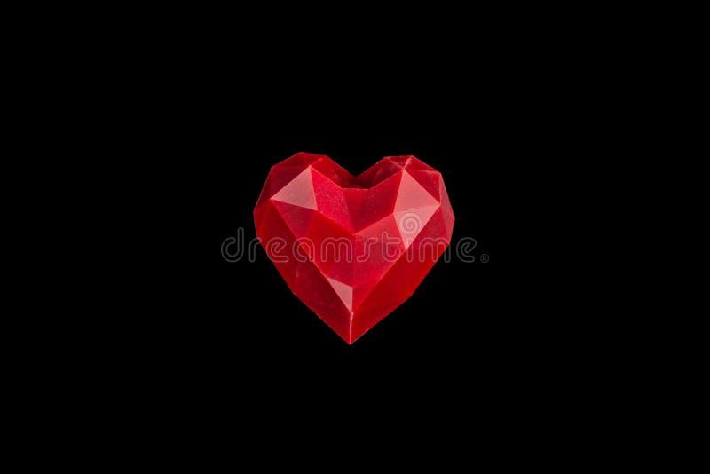 在与反射的黑背景隔绝的巧克力红色糖果心脏 情人节浪漫点心构成 库存照片