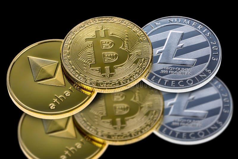 在与反射的黑背景隔绝的Bitcoin、ethereum和litecoin硬币 隐藏网bankin的货币电子货币 免版税库存图片