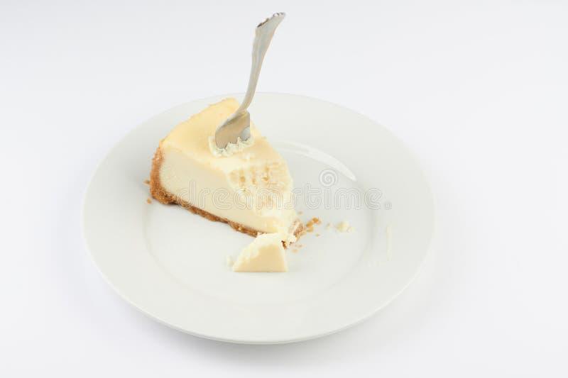 在与叮咬的乳酪蛋糕困住的叉子 免版税库存照片