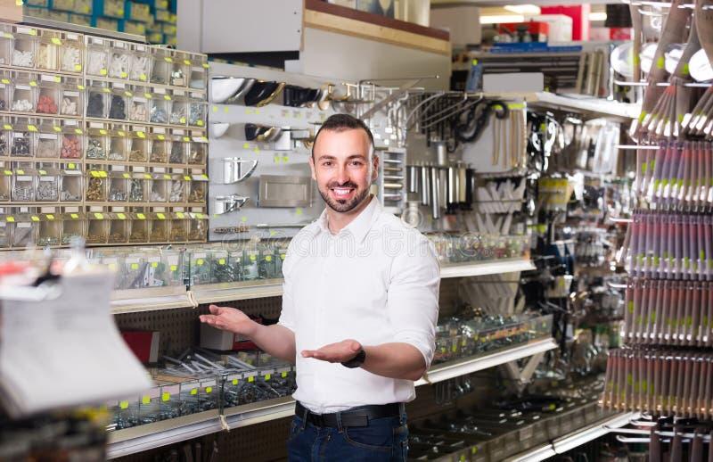 在与各种各样的塑料的rawlplugs的陈列室旁边供以人员身分 免版税库存照片