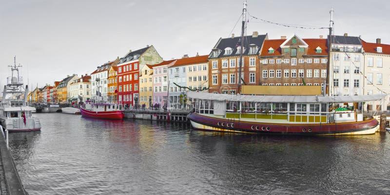在与圣诞节装饰品的圣诞节假日期间Nyhavn市的全景 在丹麦意味新的港口和它打开 图库摄影