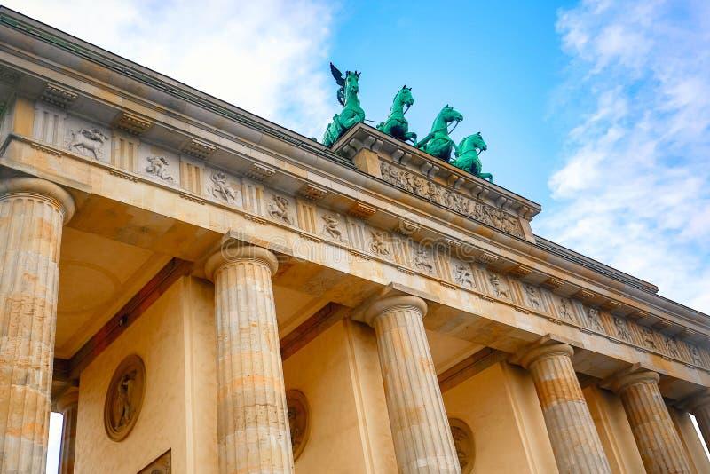 在与天空蔚蓝的明亮的天期间勃兰登堡门Brandenburger突岩细节在柏林,德国 著名地标在柏林 库存图片