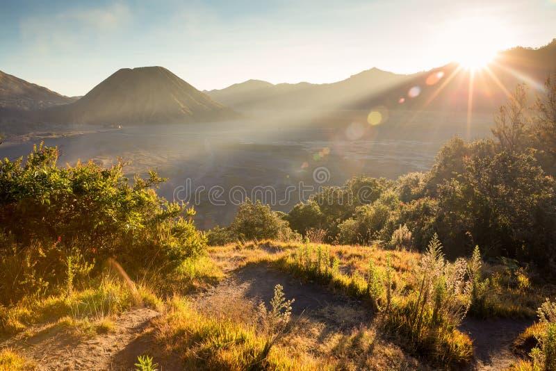 在与太阳火光的日落前在布罗莫火山火山, magnifi 库存照片
