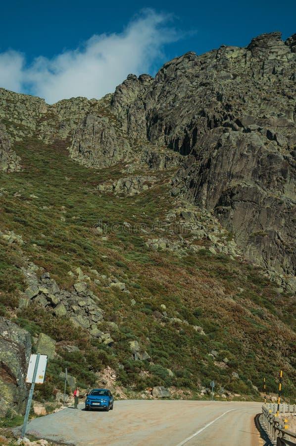 在与岩石风景的路旁停车场 免版税库存照片