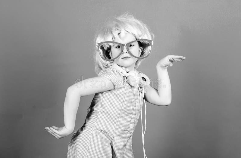 在与技术的声波 佩带在党样式的小孩子无线立体声耳机 技术和音乐 免版税库存图片