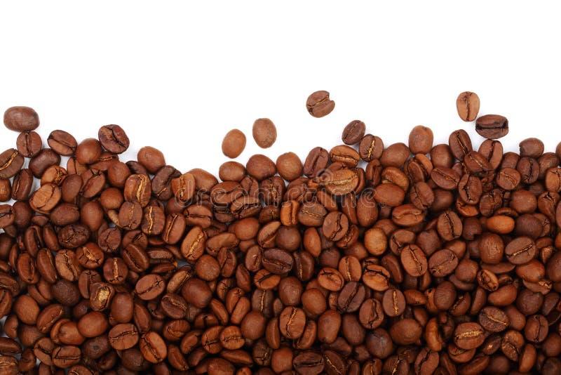 在与拷贝空间的白色背景隔绝的咖啡豆您的文本的 顶视图 免版税库存图片