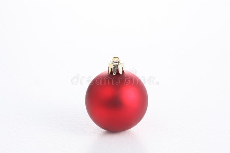 在与拷贝空间的白色背景隔绝的圣诞节球 图库摄影