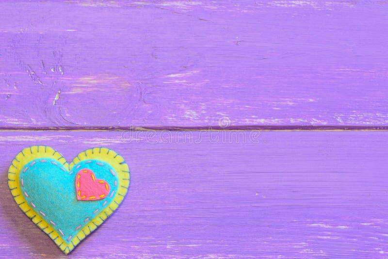 在与拷贝空间的紫色木背景隔绝的毛毡心脏文本的 毛毡华伦泰 St情人节标志 顶视图 库存图片