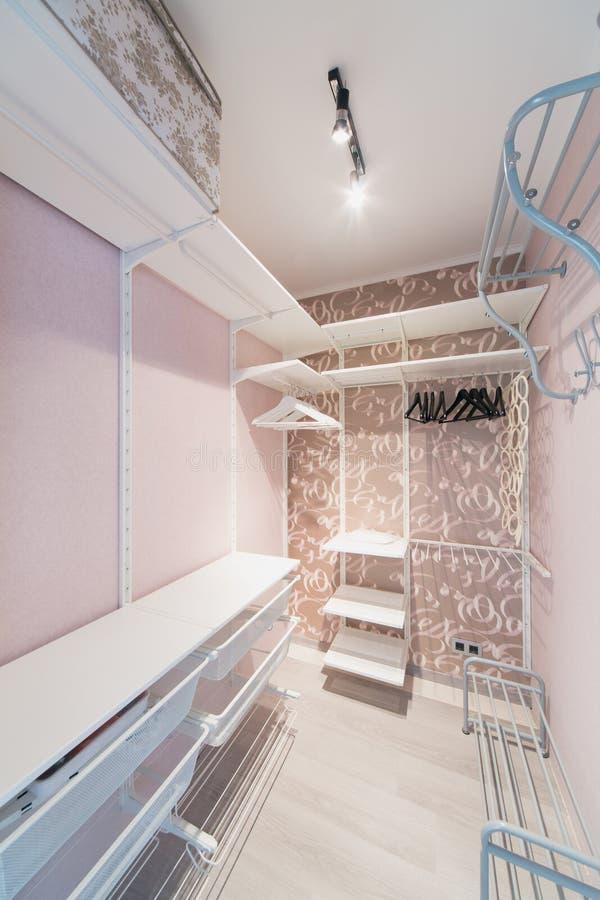 在与挂衣架的桃红色做的小现代化装室 免版税库存照片