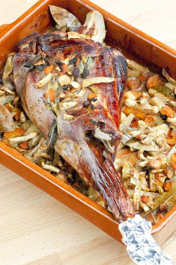 在与月桂叶和牙买加peppe的菜烘烤的鹿肉臀部 免版税库存照片