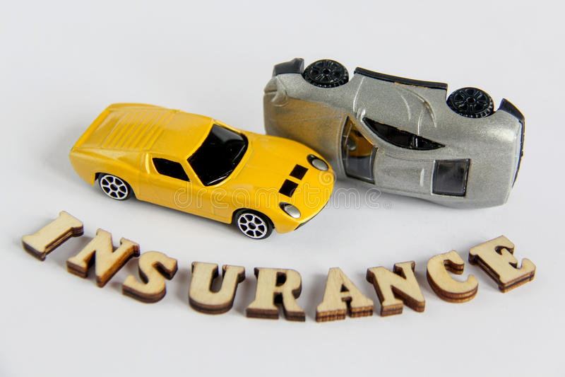 在与木信件的白色背景隔绝的汽车保险戏弄车祸 免版税库存照片
