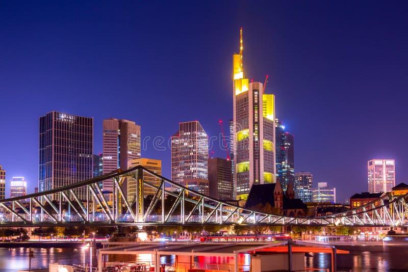 在与桥梁的暮色晚上期间法兰克福,德国地平线都市风景  法兰克福主要在欧洲的一个财政首都 库存照片