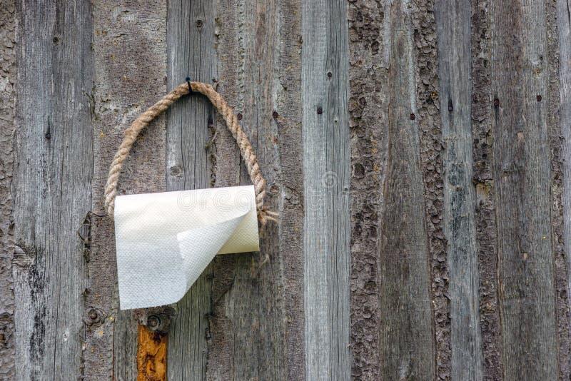 在与毛巾纸的老木墙帷绳索圈 免版税图库摄影