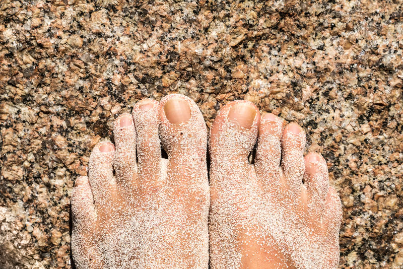 在与沙子的一个岩石结算 库存图片