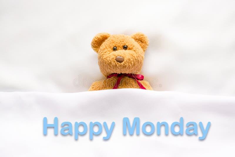 在与消息& x22的白色床上的玩具熊;愉快的星期一& x22; 免版税库存图片